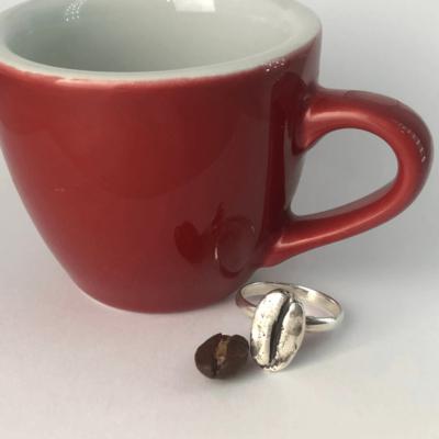 anillo de plata de un grano de cafe coffee ring mycoffeebox mano joyeria